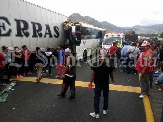 Choca autobús contra trailer; 20 heridos