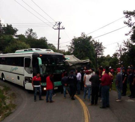 Chocan autobús y camión materialista