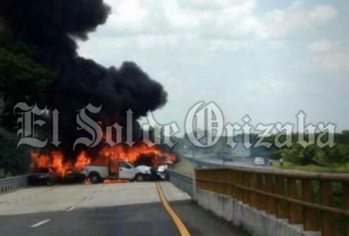 Calcinados 6 autos en autopista; se habla deal menos 4 fallecidos.