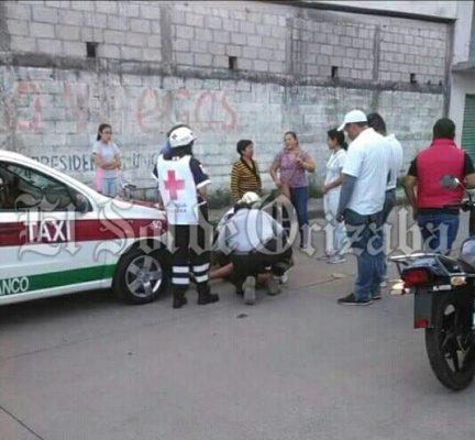 Impacta taxi a un adolescente