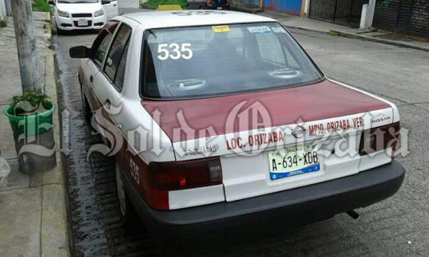 Le roban taxi afuera de su vivienda