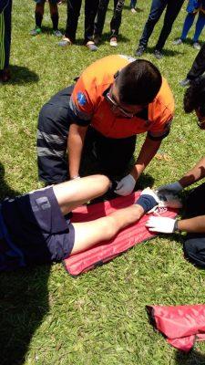 Sufre probable fractura de pierna al jugar futbol
