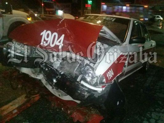 Dos heridos tras choque entre taxi y vehículo particular