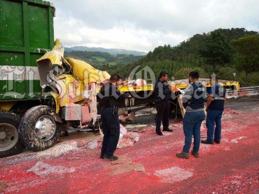 Muere camionero en terrible choque