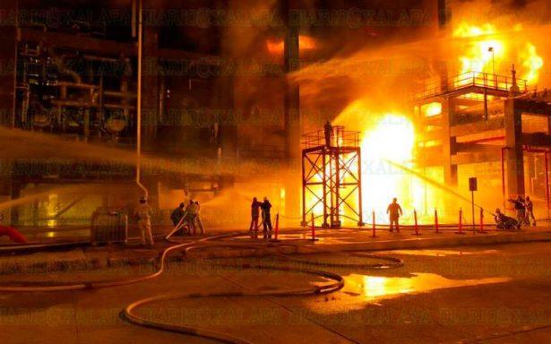 Sofocan incendio tras explosión en planta de refinería en Veracruz