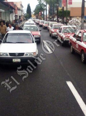 Siguen en protesta taxistas; piden no se les imponga etiqueta de delincuentes