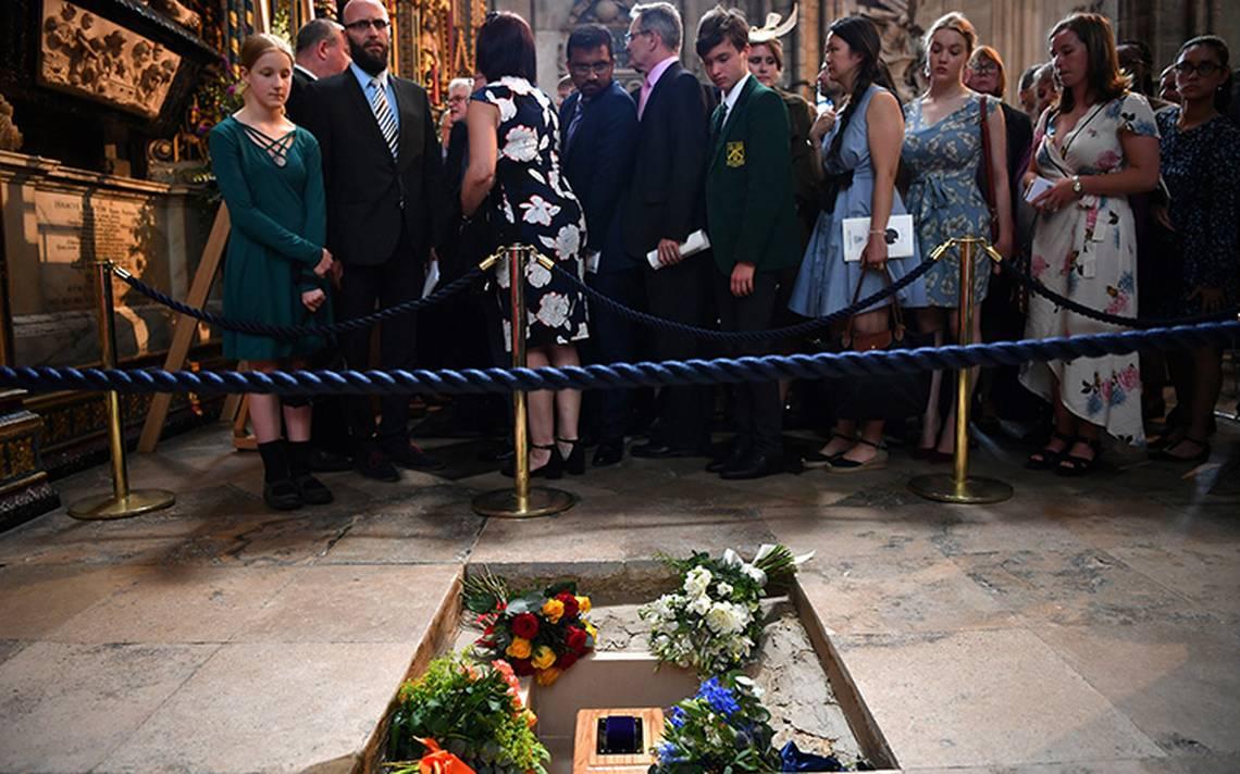 Tras funeral de Stephen Hawking, envían su voz a un agujero negro del espacio