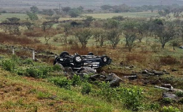 Mueren ocho policías tras volcadura en Michoacán