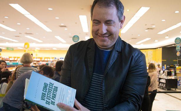 """Superviviente de Chapecoense presenta libro """"Vive como si cada día fuera el último"""""""
