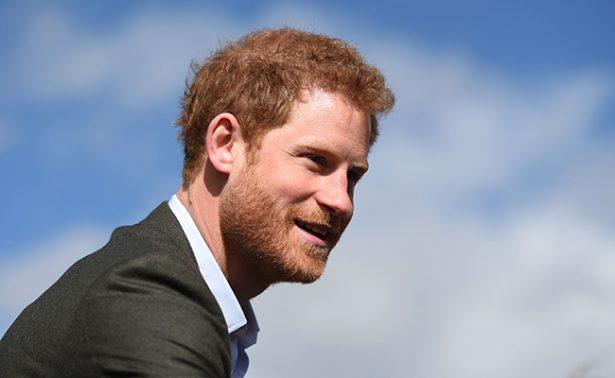 """Príncipe Harry admite que se planteó """"salir"""" de la familia real"""