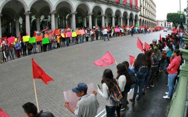 Con cadena humana, antorchistas protestan contra Yunes