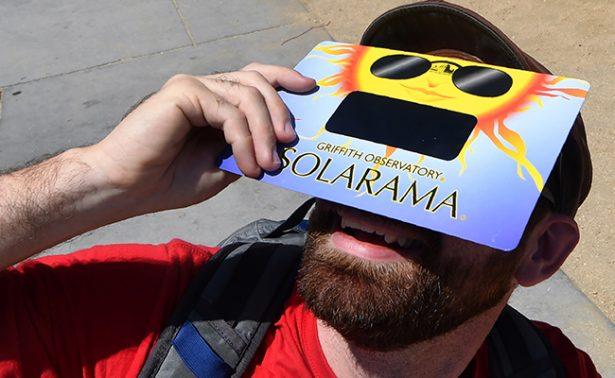Careta de soldador, la mejor opción para ver el eclipse de sol