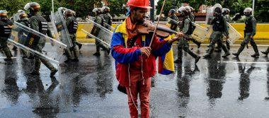 """""""Violinista de las barricadas"""", símbolo de lucha de la oposición contra Maduro"""