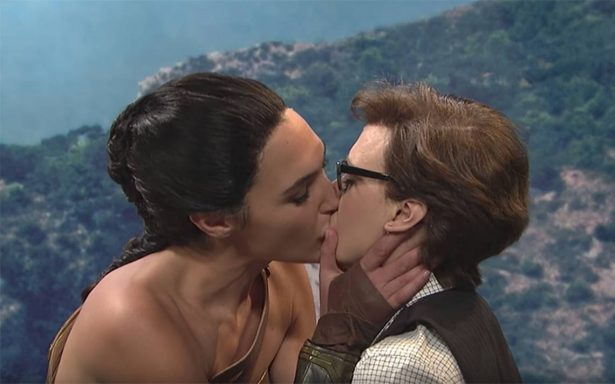 [Video] ¡Amazónico! Gal Gadot, como la 'Mujer Maravilla', besa a otra chica