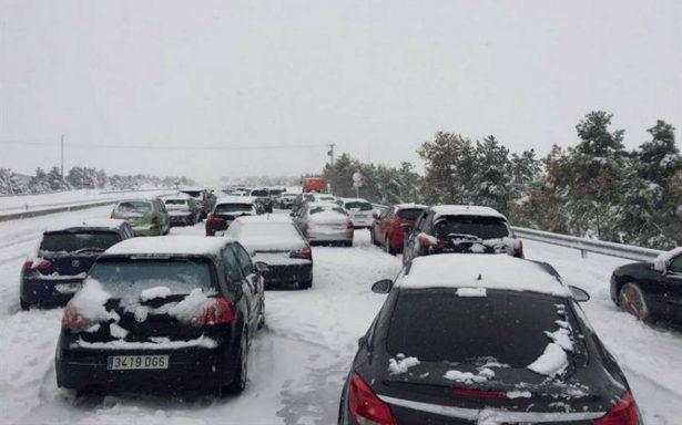 Gran nevada atrapa en España a cientos de vehículos y miles de personas