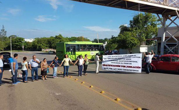Maestros jubilados realizan bloqueos en Villahermosa