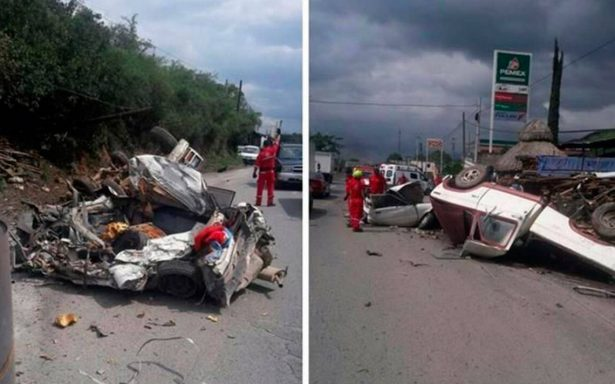 Rollos de 17 toneladas destruyen seis autos al caer de tráiler