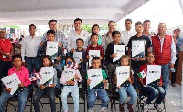Niños hidalguenses reciben actas de doble nacionalidad
