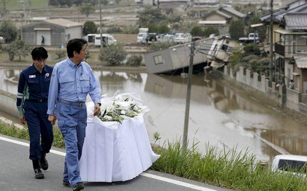 Japón trata de restablecer agua en localidades afectadas por inundaciones