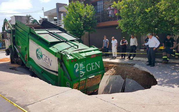 ¡Otro más! Cae camión de la basura en socavón de Ciudad Madero; hay dos heridos