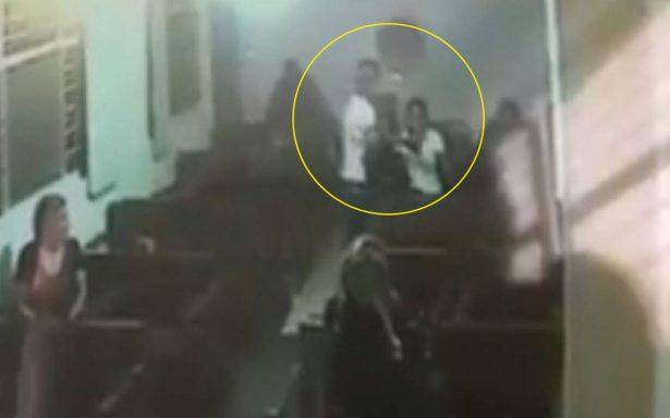 [Video] Mientras rezaban en la capilla, hombre irrumpe y los asalta