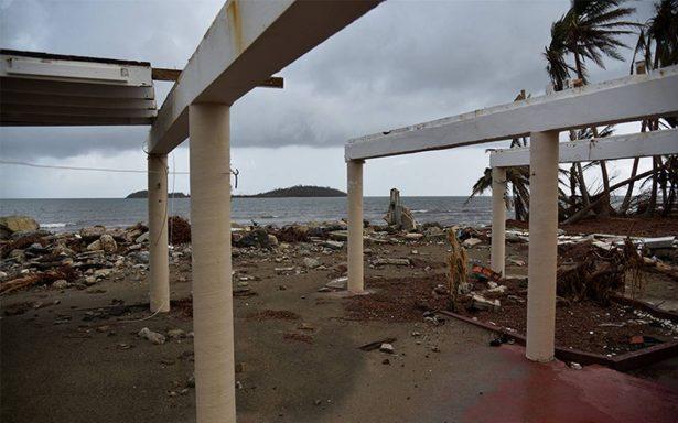 Huracán María continúa alejándose de la costa de EU