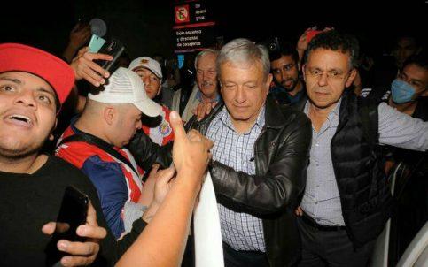 Fans de Chivas se toman la foto con AMLO en el aeropuerto