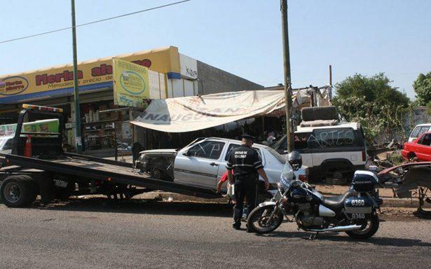 Retiran vehículos chatarra de vía pública en Culiacán