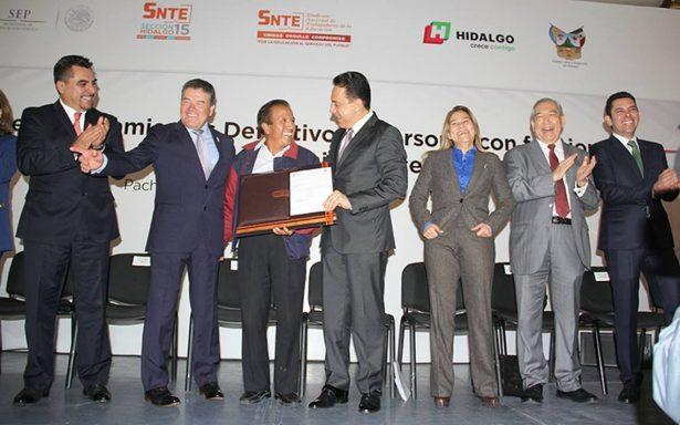 Gobernador de Hidalgo entrega plazas docentes