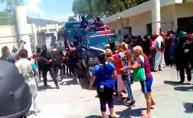 Trasladan a reos del penal de Ciudad Victoria; familiares intentan impedirlo
