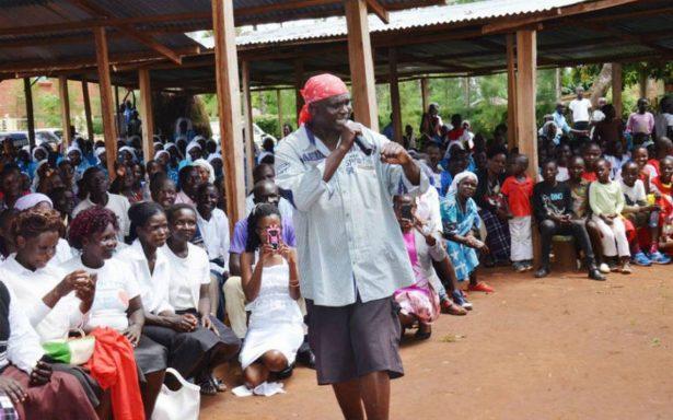 Suspenden a cura por predicar el Evangelio a ritmo de rap