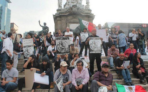 En silencio, familias de los 43 normalistas marchan esta tarde en la CDMX