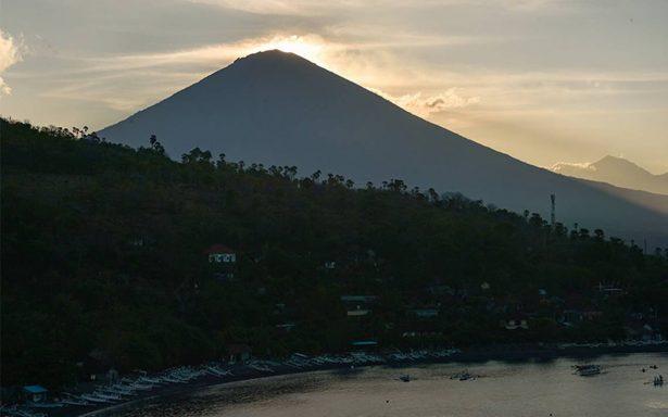 Suman 135 mil evacuados en Bali ante inminente erupción volcánica