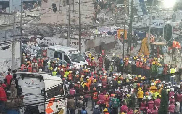 Rescatan con vida a hombre bajo escombros en fabrica de la Obrera