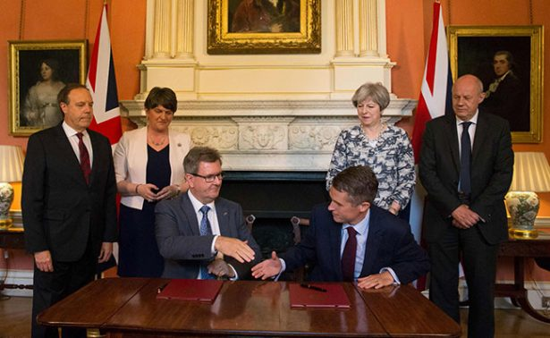 Theresa May enfrenta un complot conservador en Gran Bretaña