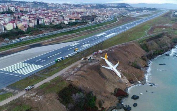 Avión se sale de pista en Turquía y casi cae al Mar Negro