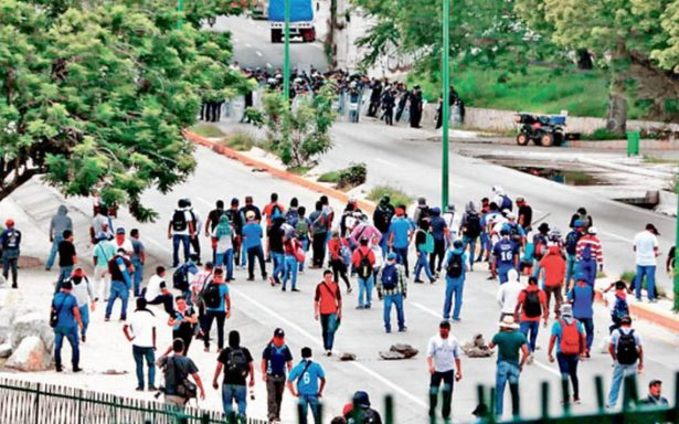 Policías frustran bloqueo magisterial; dispersan a mentores con gas lacrimógeno