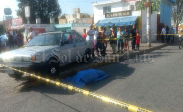 Hombre muere de un infarto al reparar llanta de su auto