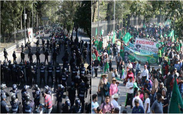 Tras marchar sobre Reforma, campesinos llegan a Los Pinos; se enfrentan a policías