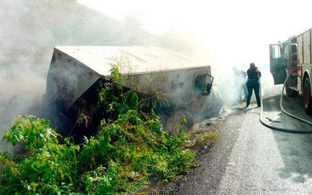 Camioneta de valores arde en llamas con seis millones de pesos