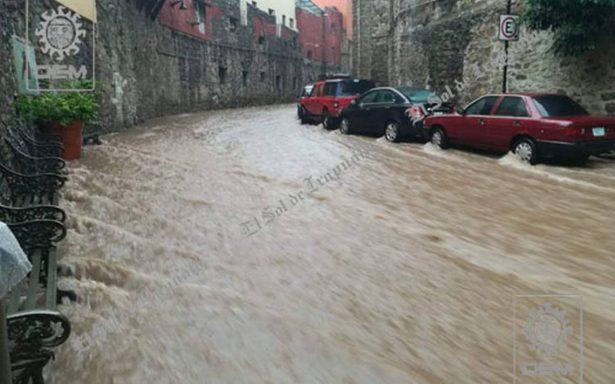 Por intensa lluvia, presa se desborda e inunda calles de Guanajuato
