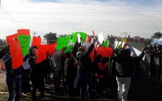 Familiares de reos se manifiestan afuera del Penal de Puente Grande