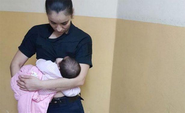 Madre rechaza alimentar a su bebé y una policía lo amamanta