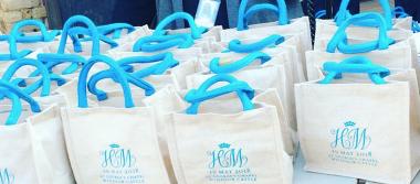 Invitados a la boda de Harry y Meghan subastan sus bolsas de regalo
