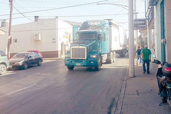 Un conductor de pesado camión quedó varado; provoca caos vial