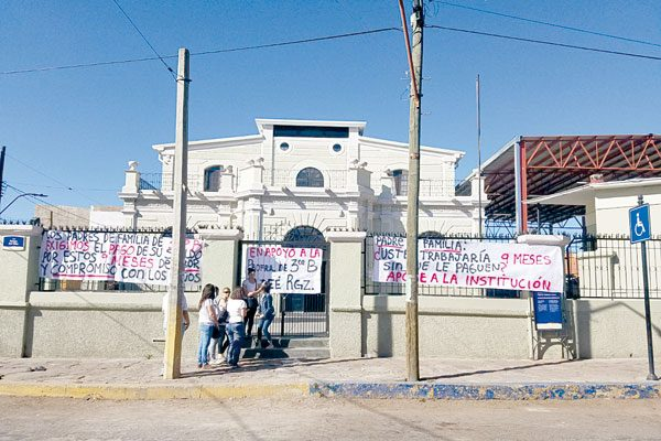 Protesta en escuela Stallforth; maestra no ha recibido salario