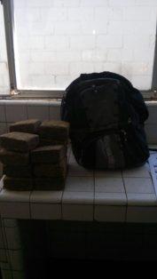 EL DETENIDO cargaba la droga en una mochila.