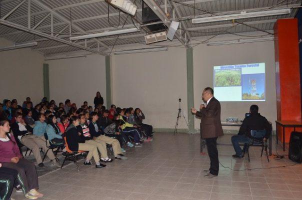 Presidente de Guadalupe y Calvo imparte conferencia motivacional a estudiantes