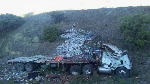 Aparatosa volcadura de camión de carga en Guadalupe y Cavo