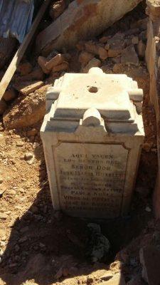 Encuentran lápida del señor Botello en los trabajos de limpieza de la finca Arras
